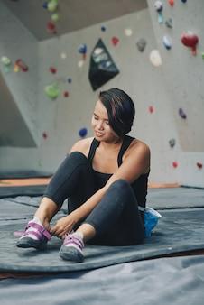 Desportista, preparando-se para escalar a parede