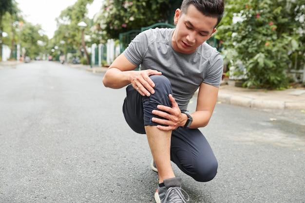 Desportista que sofre de dor no joelho