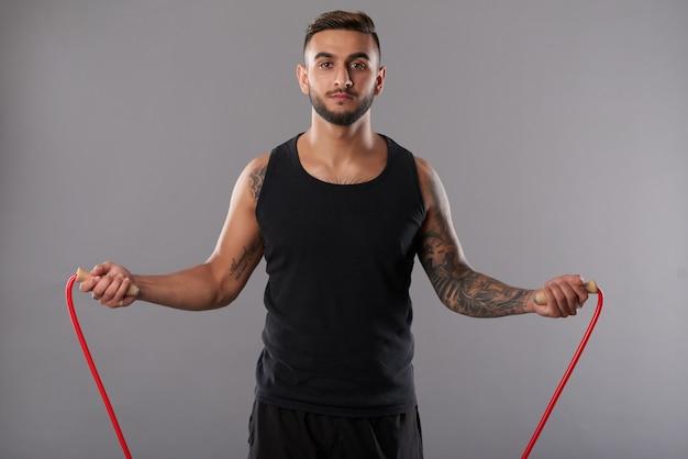 Desportista sério pulando corda