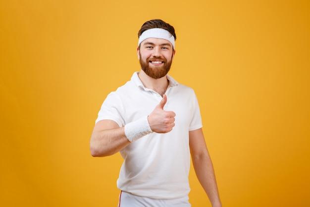 Desportista sorridente, aparecendo o polegar