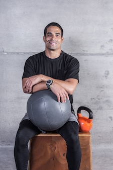 Desportista sorridente com equipamento