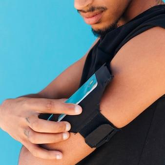 Desportista, usando, telefone, em, caso, ligado, braço