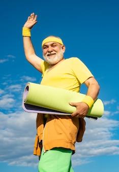 Desportista velho desportivo engraçado terminou seu trabalho desportista sênior no centro desportivo homem sênior com um ...