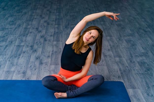 Desportiva jovem fazendo yoga, conceito de vida saudável e equilíbrio natural entre corpo e desenvolvimento mental