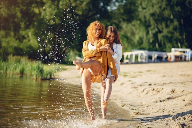 Desportiva, mãe, com, cute, filha, andar, perto, lago