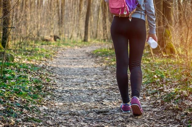 Desportiva mulher caminhando na floresta