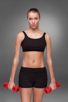 Desportiva mulher fazendo exercício aeróbico