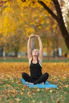 Desportiva mulher fazendo exercícios de ioga