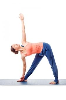 Desportivo ajuste mulher pratica ioga asana utthita trikonasana