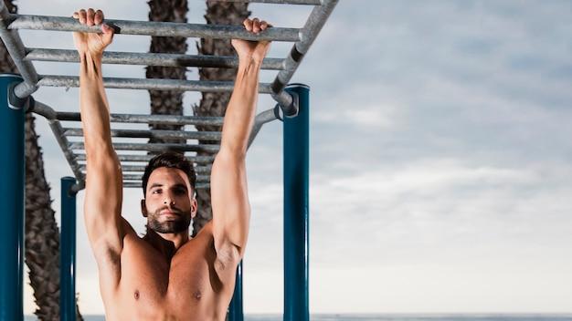 Desportivo homem fazendo exercícios de resistência