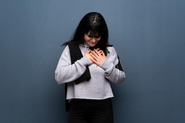 Desporto jovem mulher com dores no coração