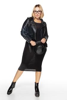 Despreocupado. mulher jovem bonita com roupa preta isolada