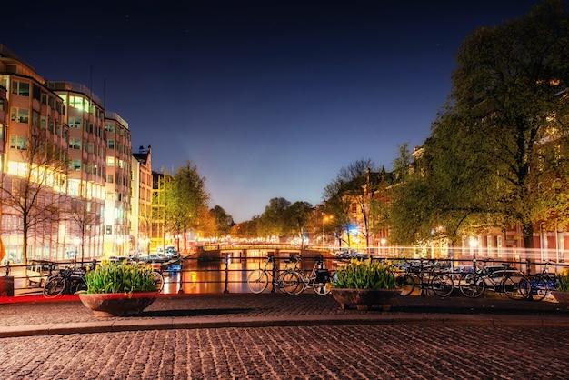 Destacando edifícios e ruas amsterdã, holanda
