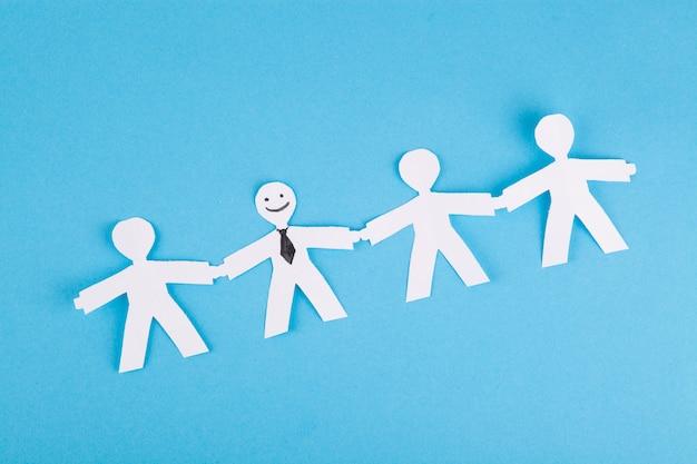 Destacando-se do conceito de multidão, pessoas de papel