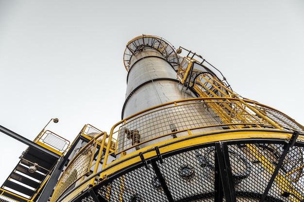Destilaria industrial na fábrica de cana e álcool