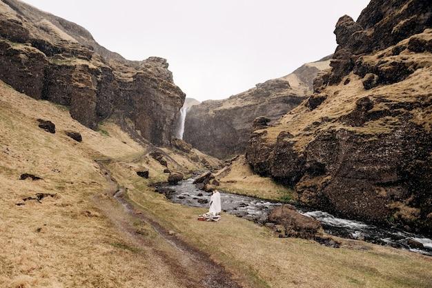 Destino casamento na islândia, perto da cachoeira kvernufoss um casal de noivos