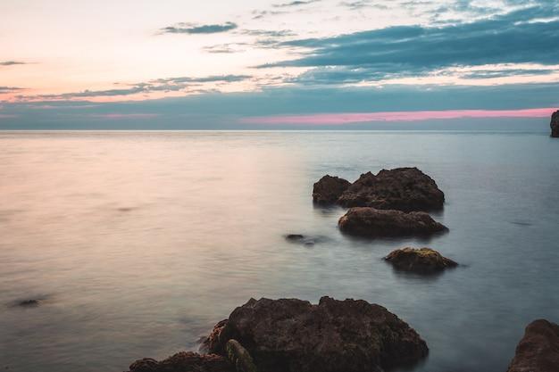 Destino de férias brilhante praia nascer do sol e fundo de falésias do mar