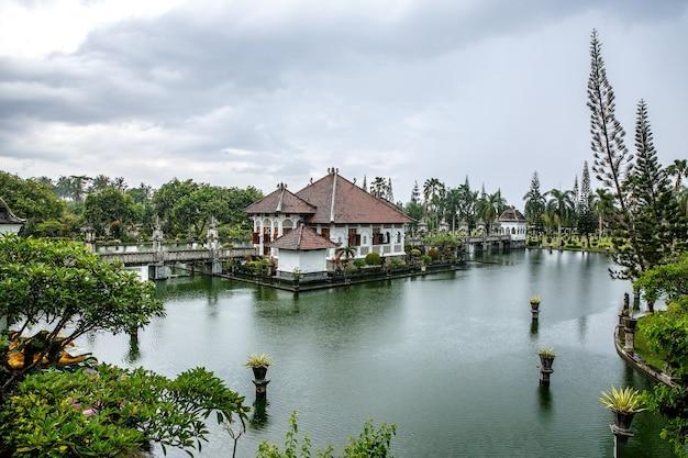 Destino de viagem. palácio do templo da água de karangasem em bali, indonésia.