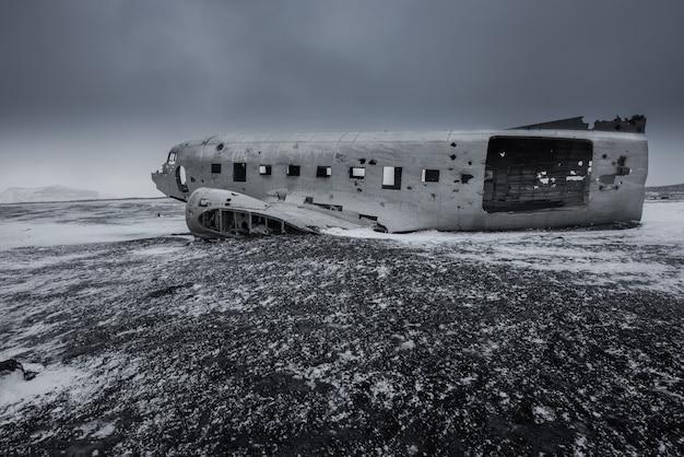 Destroços de avião na praia de areia llack na islândia
