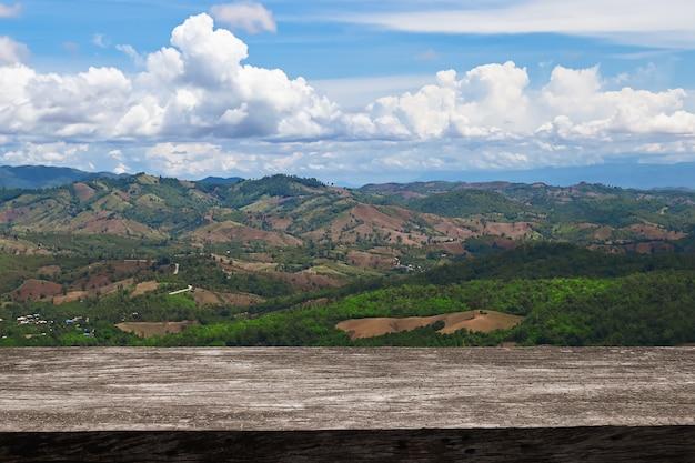 Destrua a floresta nas montanhas que derrubaram árvores para agricultura