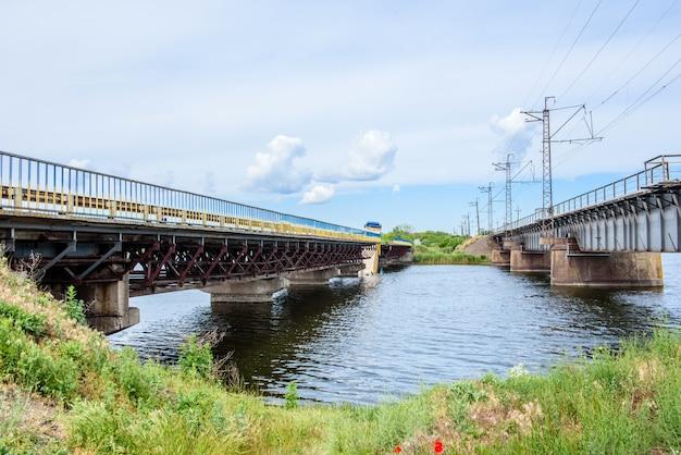 Destruição de estruturas de pontes do outro lado do rio