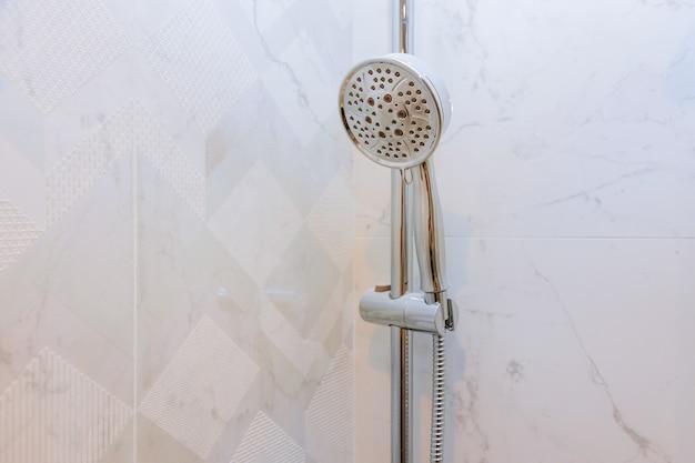 Detalhado de uma cabeça de chuveiro com chuveiro de água