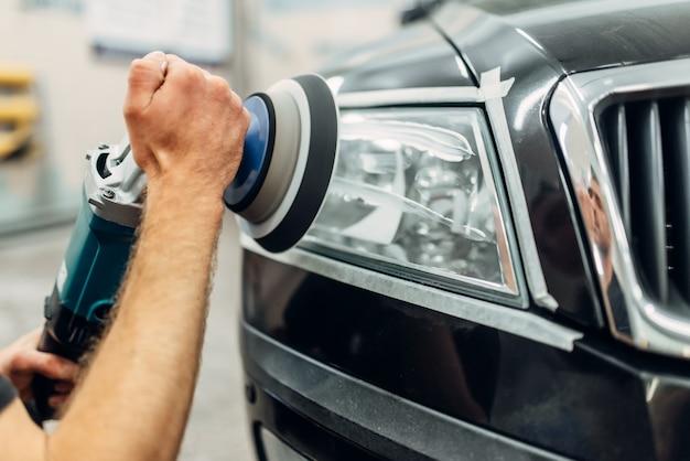 Detalhamento de faróis de automóveis em serviço de lavagem de automóveis.