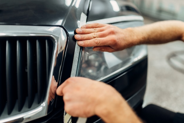 Detalhamento de faróis de automóveis no serviço de lavagem de automóveis.
