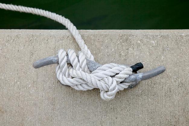 Detalhe a imagem do grampo da corda do iate no convés do veleiro.