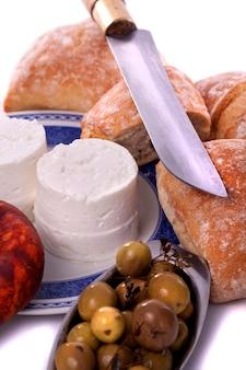 Detalhe a vista dos ingredientes típicos de um lanche na região do alentejo, em portugal.