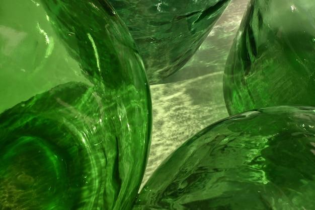 Detalhe abstrato garrafas de vidro verde garrafas grandes reflexos e flashes de gotas de água