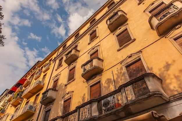 Detalhe arquitetônico de edifícios históricos na piazza bra em verona, itália