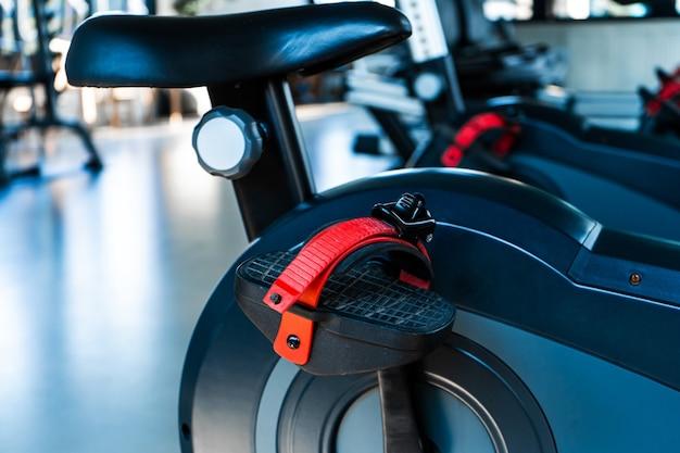 Detalhe close-up de bicicleta ergométrica na academia