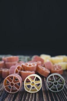 Detalhe colorido da massa da roda em um fundo de madeira