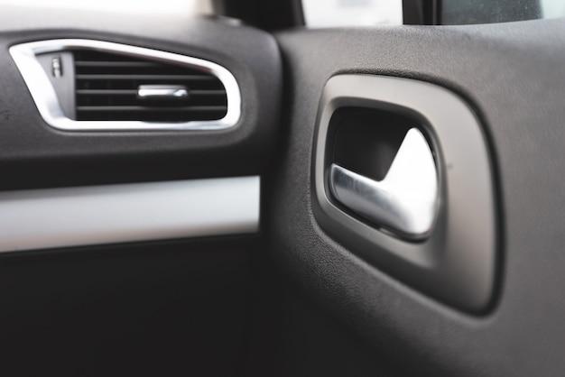 Detalhe cromado na maçaneta da porta interna do carro