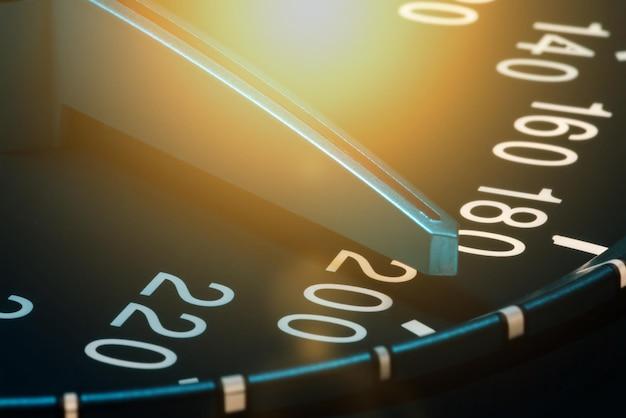 Detalhe da agulha do hodômetro ou velocímetro de um carro em alta velocidade