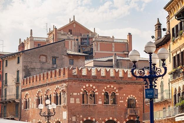 Detalhe da arquitetura de um prédio na piazza delle erbe, em verona, na itália