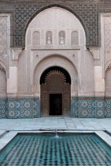 Detalhe da arquitetura do ben youssef madrasa, medina, marraquexe, marrocos