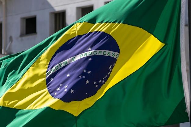 Detalhe da bandeira do brasil acenando. ordem e progresso. bandeira brasileira
