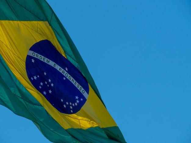 Detalhe da bandeira do brasil tremulando ao vento ordem e progresso da bandeira brasileira em português