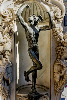 Detalhe da base da escultura perseu com a cabeça da medusa na loggia dei lanzi em florença, itália