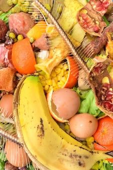 Detalhe da compostagem de frutas, vegetais, peixes ....