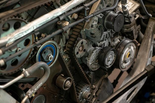 Detalhe da correia dentada do motor de um carro em uma oficina