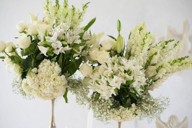 Detalhe da decoração, flores e angelical - batismo