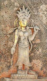 Detalhe da escultura de pedra antiga khmer