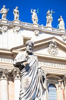 Detalhe da estátua de são pedro localizada em frente à entrada da catedral de são pedro em roma, itália - cidade do vaticano