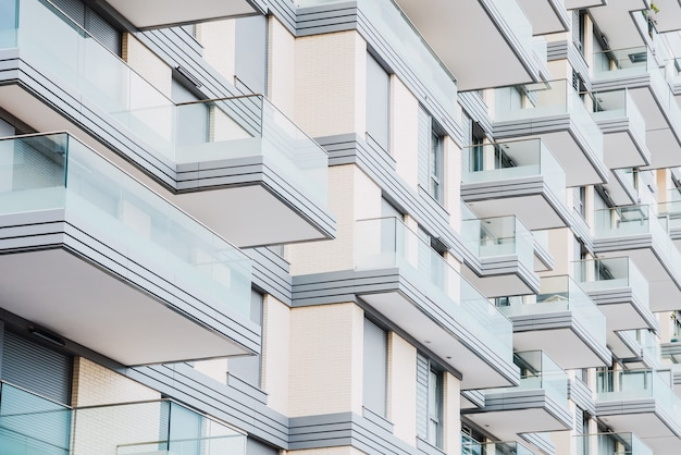 Detalhe da fachada de um edifício com varandas de vidro