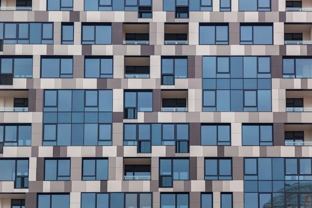 Detalhe da fachada de um edifício de vários andares. prédio, fachada incomum de prédio de vários andares