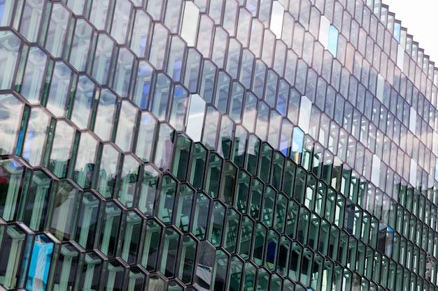 Detalhe da fachada de vidro da sala de concertos harpa em reykjavik, islândia.