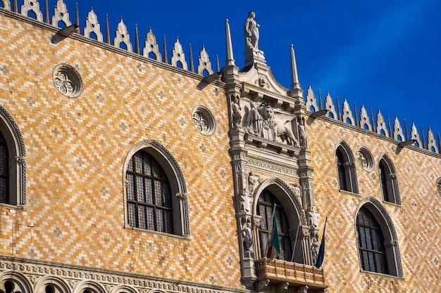 Detalhe da fachada ornamentada no lado sul do palácio ducal, na praça de são marcos, em veneza, itália